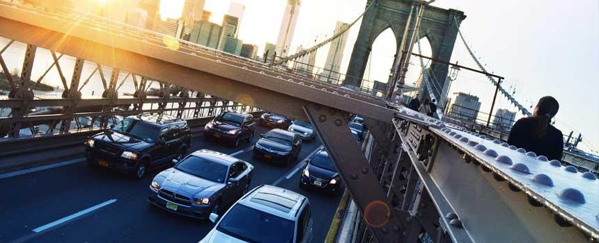 voitures sur le pont de brooklyn aux Etats Unis
